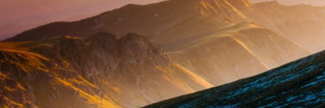 Snoet vej mellem bjerge
